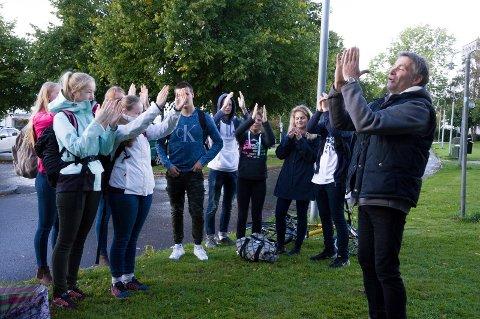 - Bruk hendene deres, så komprimerer vi verden, oppfordret billedhugger Martin Kuhn elevene fra Mellomhagen.