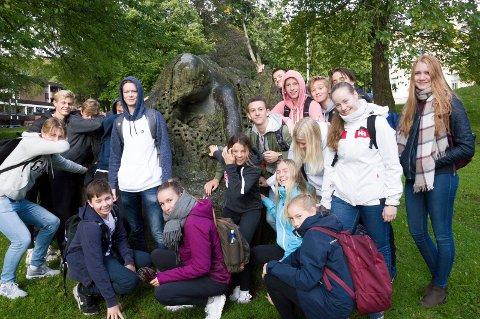 10. klarringene ved Mellomhagen ungdomsskole fikk en guidet tur til Larviks skulpturer.