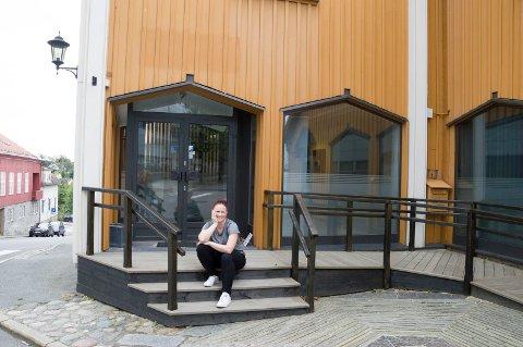 Gilian Hockly foran de nye lokalene til Colab Larvik i Brannvaktsgate 5.