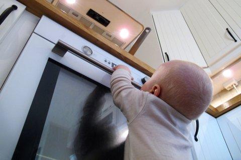 HÅNDTAK: Sørg alltid for at håndtak på kjeler og panner vender innover på komfyren for å unngå brannskader.