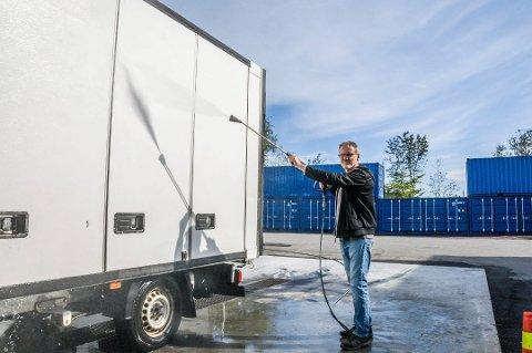 LETTET: Vedtaket slår fast at daglig leder Even Hvaal ikke overskrider støygrensene når han vasker biler og maskiner. I bakgrunnen ses containerne som Hvaal har satt opp for å redusere lyden mot naboene.