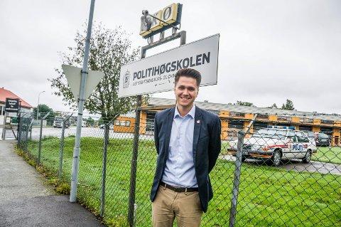 KAN BLI PILOTSKOLE: – Vi ser for oss at Politihøgskolens avdeling i Stavern kan bli en pilot når det gjelder spesialisering på dyrevelferd, sier FpU-leder Bjørn-Kristian Svendsrud.