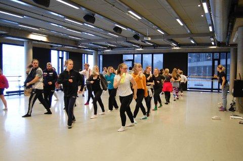 Felles åpningsnummer: Her øver musikk- og danseelevene på det felles åpningsnummeret til musikalen Grease.