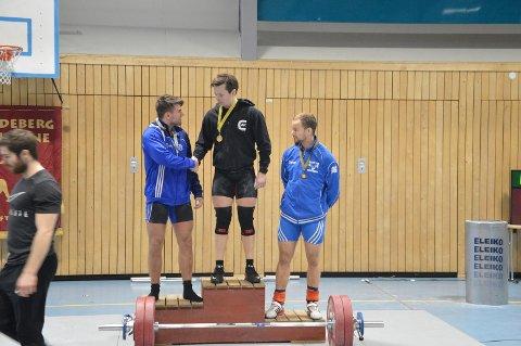 Sølv til Johan Fredrik Murberg, og gratulerer her Fredrik Gyllensten med gullet etter en hard kamp. bronsen gikk til Tryggve Nilsen fra Oslo