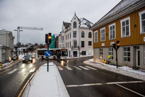 Fortsatt blinking: Torsdag morgen var trafikklyset på Storgata fortsatt ute av drift i Storgata. Nå håper vegvesenet å utbedre skaden i løpet av torsdag ettermiddag.