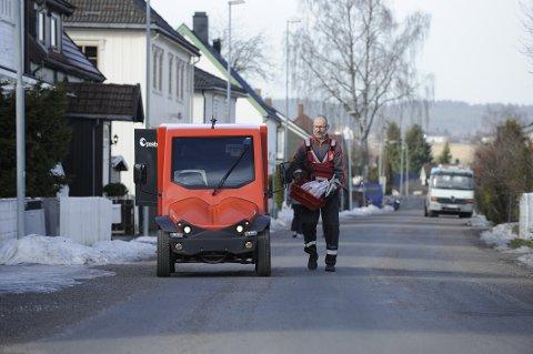 Postbud Morten Andre Johansen i Lillestrøm kjører spansk el-jeep, Comarth, på norsk vinterføre. Han er en høy mann på 1.90 meter, som stortrives i sin rullende arbeidsplass. Her leverer han dagens post i et boligområde i Lillestrøm sentrum.
