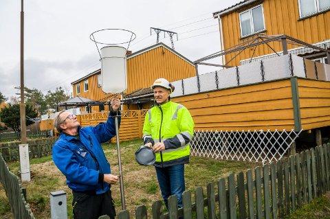 SJEKKER NEDFALLET: Nabo Inge Pedersen (t.v.) og EverZincs Ole Edvard Hjortland plasserte torsdag ut to slike beholdere i Hoffs gate. Innholdet skal sendes inn til analyse hver måned framover.