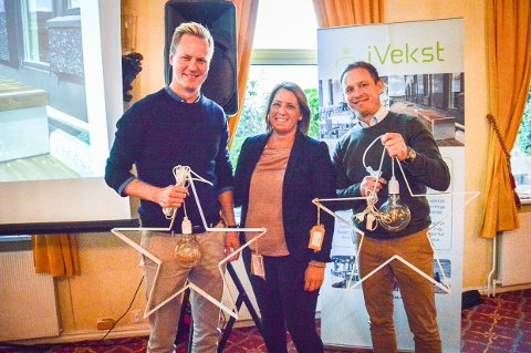 FORNØYDE MED DESIGN: Daglig leder Thor-Anders Lundh Håkestad og økonomisjef Marius Torblå i Lundhs er fornøyde kunder. De fikk julestjernelys laget på iVekst av leder Anne Andersen.
