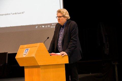 STILTE SPØRSMÅL: Hallstein Bast (V), her avbildet på talerstolen i kommunestyret onsdag.