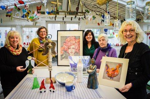 FARGERIKE STOPP: De byr på ei kreativ kunstløype, denne gjengen fra Rekkevik. Fra venstre Monika Berger, Hanne Sørum, Anja Andresen Waage, Tuula Kvien og Turid Brunsvik Kvalheim.