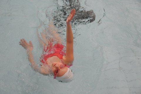 God teknikk: Nicoline Christansen (10) viser her at hun behersker ryggsvømming med vending på trening i Farrishallen.