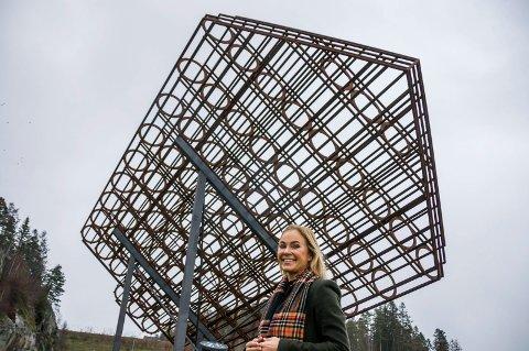 – MÅ FLYTTES: – Monumentet bør få en annen plassering, sier Birgitte Gulla Løken, som vil fremme forslaget gjennom en interpellasjon i kommunestyret.