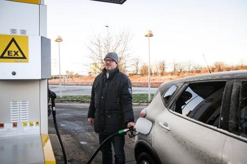 BENYTTET SEG AV SJANSEN: Tage Golab var en av dem som ville fylle tanken når bensina var billigere enn vanlig.