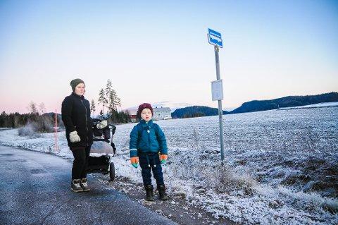 TAR BUSSEN HVER DAG: Tristan Alexander Helland-Thoresen tar bussen til Kvelde skole hver dag, men får ikke tid til å spenne på seg setebeltet før bussen kjører. Det synes Mie Hansen er utrygt.