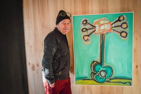 VIL STARTE FESTIVAL: Jan Walaker selger dette maleriet for å få midler til å realisere LEX musikkfestival i Larvik denne sommeren.