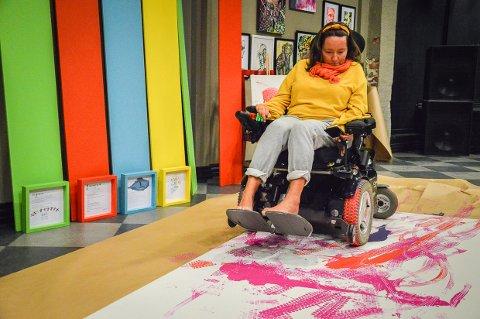 Lena Solberg med ALS skal lage utstilling med dikt og bilder