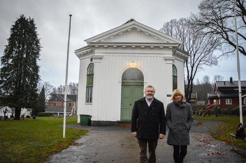 EN RØVERHISTORIE: Professor Arne Bugge Amundsen kaller historien om kirkene på Langestrand for en skikkelig røverhistorie, der innbyggerne virkelig har kjempet for - og bygget kirken sin på dugnad. Aina Aske er glad for at historien med mange nye elementer er samlet mellom to permer.