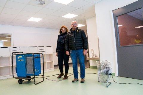 VANNET FLØT: Men Trine Lise Hvarnes, styrer i Byskogen barnehage, og Jørn Langangen, virksomhetsleder i Larvik kommune eiendom, kan konstatere at åpningen av den nye barnehagen vil kunne gå som planlagt.