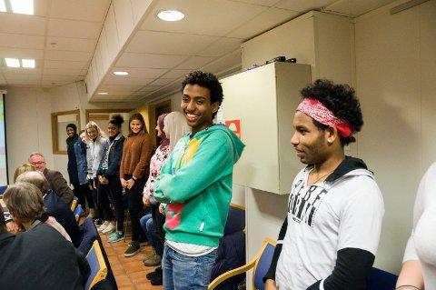 MØTTE POLITIKERNE: Filmon Fili (grønn genser) og de andre ungdommene fra ByLab-prosjektet besøkte formannskapet onsdag.