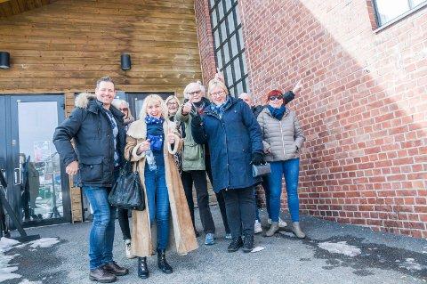 FRA FRUSTRASJON TIL GLEDE: Anna Hansen og Tor-Alfred Lundh hadde god grunn til å smile da de forlot kommunestyrelokalene i Sliperiet onsdag.