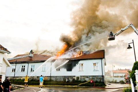 Tente på: I juli 2011 ble Skolegata 2 totalskadd i brann. En 49-åring fra Larvik, som bodde i bygget, ble dømt for å ha tent på.