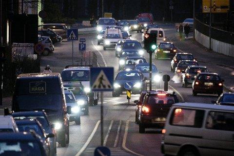TRAFIKK: Veitrafikken står for en svært stor del av klimagassutslippene. Kanskje er en løsning å kjøre litt mindre bil?
