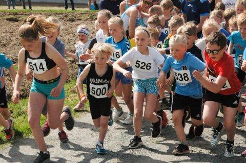 TRANGT OM SALIGHETEN: Startskuddet forde yngste løperne har akkurat blitt avfyrt i Kjoseløpet, og her var det om å gjøre å finne en gunstig posisjon da Kjoseløpet ble arrangert i fjor. (Foto: Rolf Tanum)
