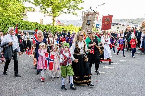 BORGERTOGET: Et rekordstort borgertog ga mange flotte opplevelser og Larvik barne- og ungdomsteater fikk vist seg godt fram.