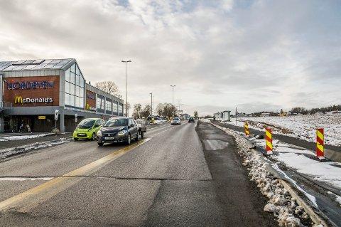 BLE DYRT: Trafikksikkerhetstiltakene på denne strekningen ble langt dyrere enn antatt, blant annet grunnet pålegg fra Statens vegvesen. Ettersom veivesenet ikke ønsker å bidra til å kompensere for disse utgiftene, må Larvik kommune ta hele ekstraregningen selv.