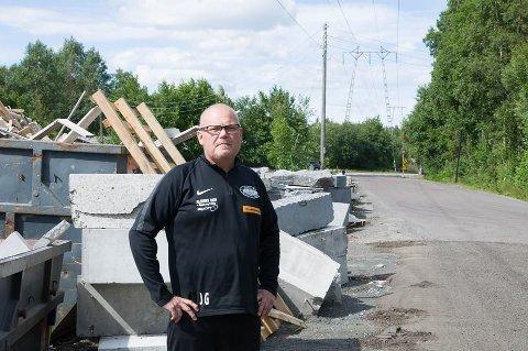 Trafikkfarlig: Jarle Gogstad fra Tjølling Idrettsforening mener Steinriket AS har skapt trafikkfarlige situasjoner.