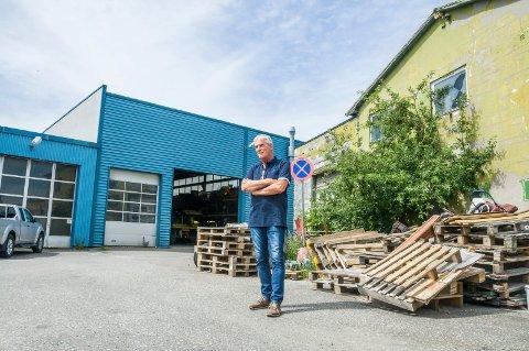 OPPGITT: Michael Schmidt møtte Østlands-Posten på tomta onsdag denne uka. – Det er nesten så jeg må klype meg i armen for å tro at det er sant, sier han om måten Larvik kommune har håndtert saken på.