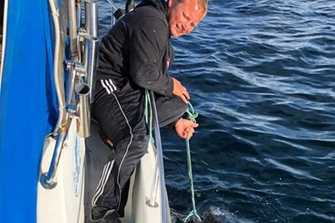 FANGST: Hans Marius Kaasa fikk en håkjerring på cirka 290 centimeter og cirka 200 kilo på kroken i Skagerrak utenfor Langesund sist lørdag. Haien ble sveivet om bord med helt vanlig havfiskeutstyr.