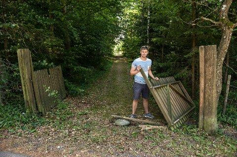 ØDELAGT: Torbjørn Stangeland ved den nå ødelagte porten.