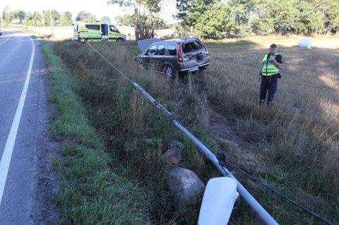 UTFORKJØRING: Politiet opplyser at bilen gjorde skade på to lyktestolper. Ingen personer skal ha kommet fysisk til skade.