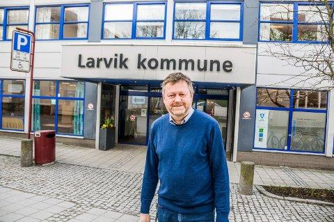 AVVENTER: Kommunalsjef Jan Erik Norder forteller at også de sitter på en rekke spørsmål som veilederen trolig vil besvare. Først når den kommer vil han kunne si mer konkret når de kommunale barnehagene i Larvik åpner.