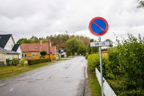 PÅ PLASS: Parkering forbudt-skilter pryder nå begge sider av veibanen i Sportsveien.