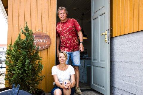 Inviterer: Øysten Glenne Kristiansen og Annegi Eide stiller ut på brygga i Nevlunghavn