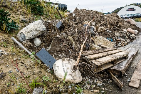 DUMPET: I en jordhaug langs Hegdalsveien lå det flere gravstøtter synlig. Nå har eiendomsselskapet som eier grunnen sørget for å fjerne gravstøttene og levert de til destruering.