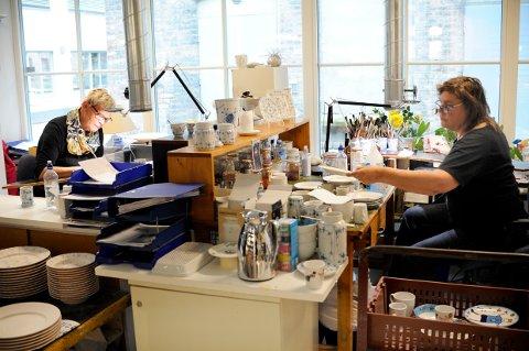HÅNDMALER: Astrid Gundersen og Anita Magnussen har malt alt som håndlages for PP siden de begynte i 1978.