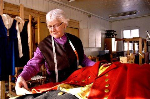 FØLELSE: Du må ha en følelse for det du gjør når du skal lære folk å ta vare på de gamle tradisjonene og lære håndverket videre, sier Inger Martinsen.