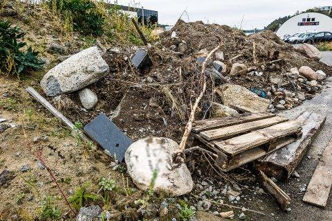 Gravstøtter: I en jordhaug langs Hegdalsveien ligger det flere gravstøtter synlig.