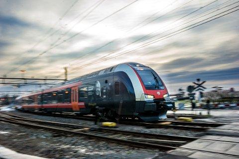 LARVIK STASJON: Morgentoget på vei fra Larvik til Porsgrunn fredag morgen. Hvor vil det gå fra en gang på 2030-tallet?
