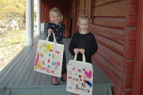 F.v.: Emilie Larsen Viker og Mina Larsen Viker har satt sitt eget preg på handlenettene sine med potettrykk!