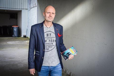 SKRIVER VIDERE: Frode Eie Larsen har akkurat gitt ut sin andre bok i den nye ungdomserien Mot og Mysterier sammen med sykkelkjendis Dag Otto Lauritzen på Gloria Forlag. Nå er forlaget konkurs.