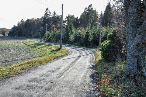 Guslandveien er en av mange private veier som kommunen nå vurderer å slutte å vedlikeholde.