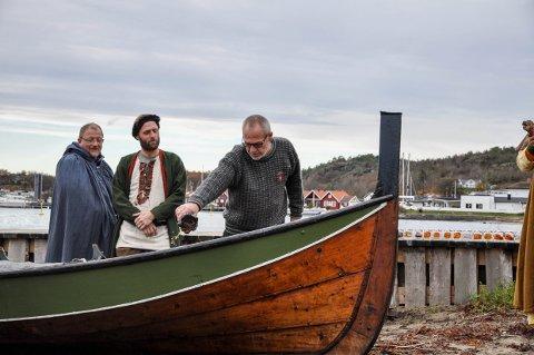 """DÅP: Varaordfører Rune Høiseth fikk æren av å døpe båten """"Nesjarskarven"""" med et beger vørterøl."""