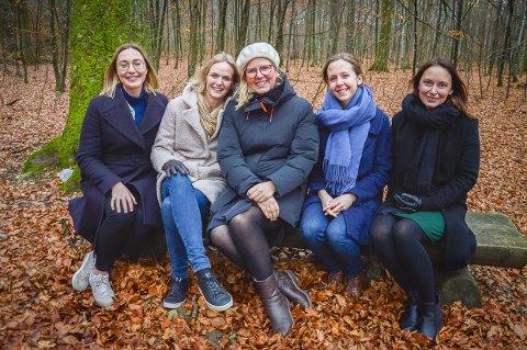 SAMLET I LARVIK: Alle de fem venninnene har flyttet med mennene sine til deres hjemsted, Larvik. Fra venstre Lina Hellenes (34) fra Malmö, Catharina Carming Vestmoen (38) fra Göteborg, Stine Marte Melby (35) fra Oslo, Signe Steinnes (32) fra Moi og Hilde Vestmoen (34) fra Ski.