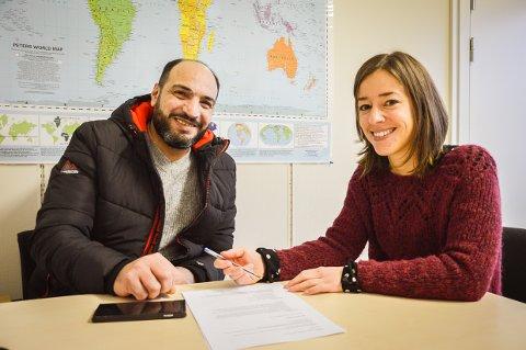 FÅR MASSE HJELP: - Helene hjelper masse mennesker, og jeg har vært hos henne mange ganger, sier Azzam Johwani fra Syria på kontoret til migrasjonsrådgiver Helene Huseby.