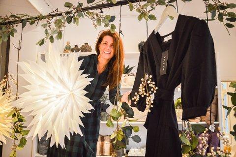 EGEN KOLLEKSJON: Ida Brandsæter Helgeland lanserer to egne kjolemodeller i tiden før jul, hun har tegnet og Beate Haugom Bigseth har fått dem produsert i Vietnam.