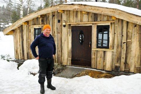 KAN BO HER: Per Inge Isaksen gir bort en overnatting i den hobbit-inspirerte hytta til en alendeforelder med barn i jula.